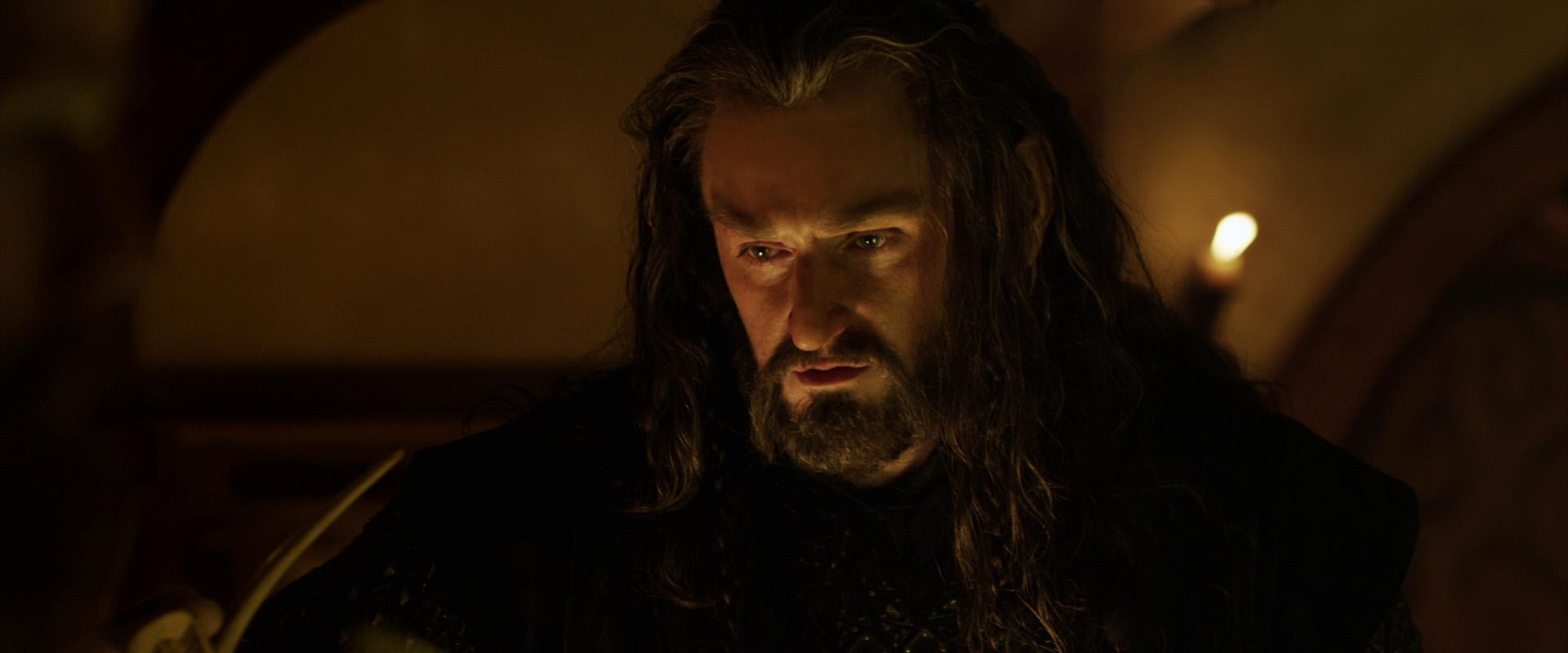 Filmerna kretsar kring berättelsen om en hobbit vid namn Bilbo Bagger Martin Freeman som bor i det fredliga landet Fylke i den fiktiva världen Midgård